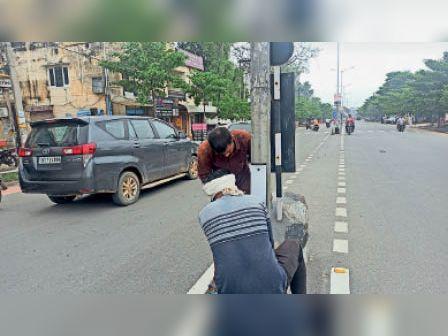 कैथल   करनाल रोड पर स्ट्रीट लाइट के बॉक्स को बंद करते कर्मचारी। - Dainik Bhaskar