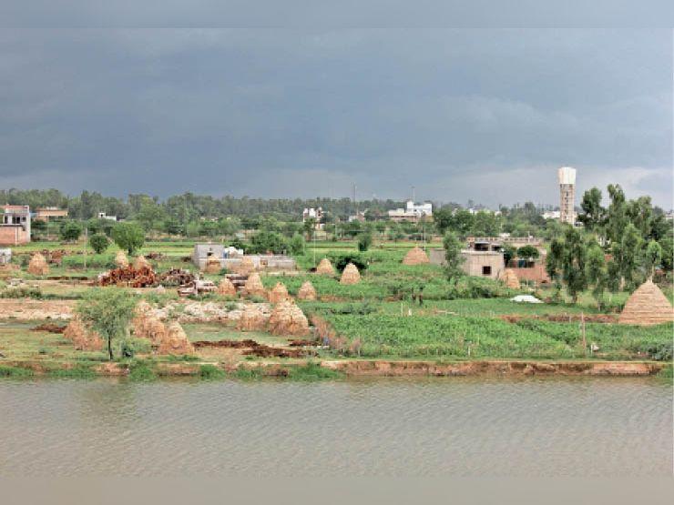 कैथल, दिन भर धूप के बावजूद सरक तीर्थ पर छाए बादल। फोटो-जसविंदर जस्सी - Dainik Bhaskar