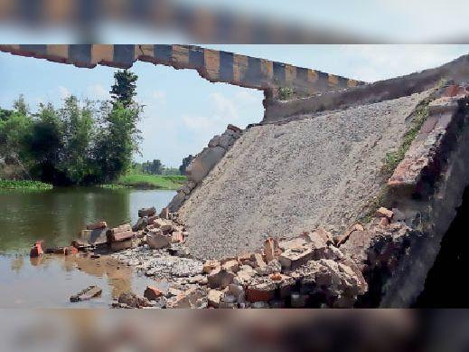 अमौर में बालू लदा ट्रक गुजरने से ध्वस्त पुल का स्लैब ताश के पत्तों की तरह बिखर गया।
