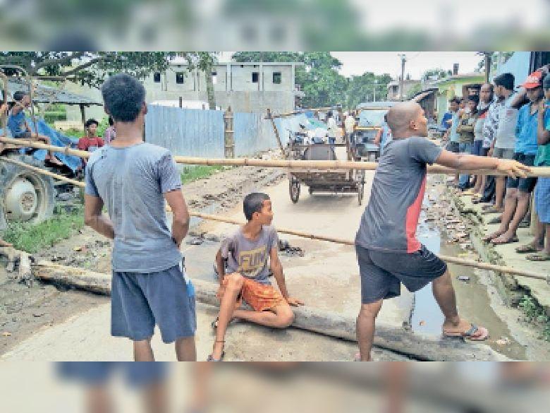 घटना के बाद सड़क जाम कर प्रदर्शन करते ग्रामीण। - Dainik Bhaskar