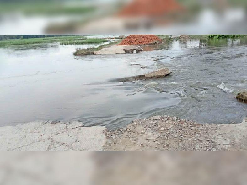 जागीर चौक से परबत्ता जाने वाली सड़क पानी में बह गया। - Dainik Bhaskar