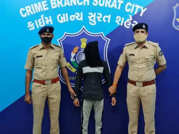 नवसारी टोल प्लाजा पर पुलिस पूछताछ के दौरान पकड़ में आया आरोपी।