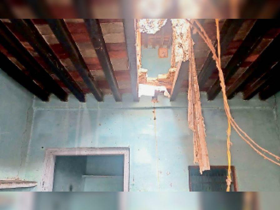 वार्ड-9 में बरसात से मकान की गिरी छत। - Dainik Bhaskar
