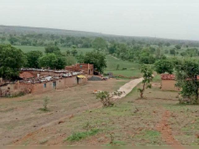 इस तरह गांव में बने हुए हैं कच्चे मकान व झोपड़ियां।