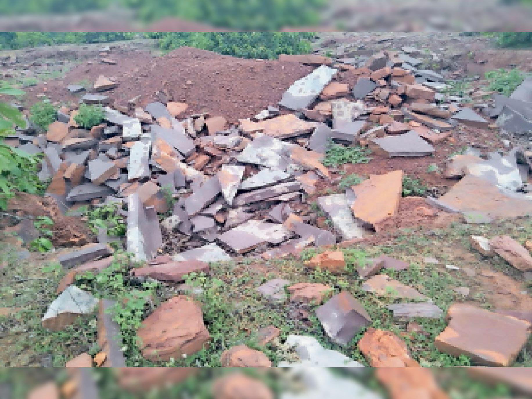 पटेरा  अवैध खनन कर जंगल के पत्थरों को निकाला जा रहा है। - Dainik Bhaskar