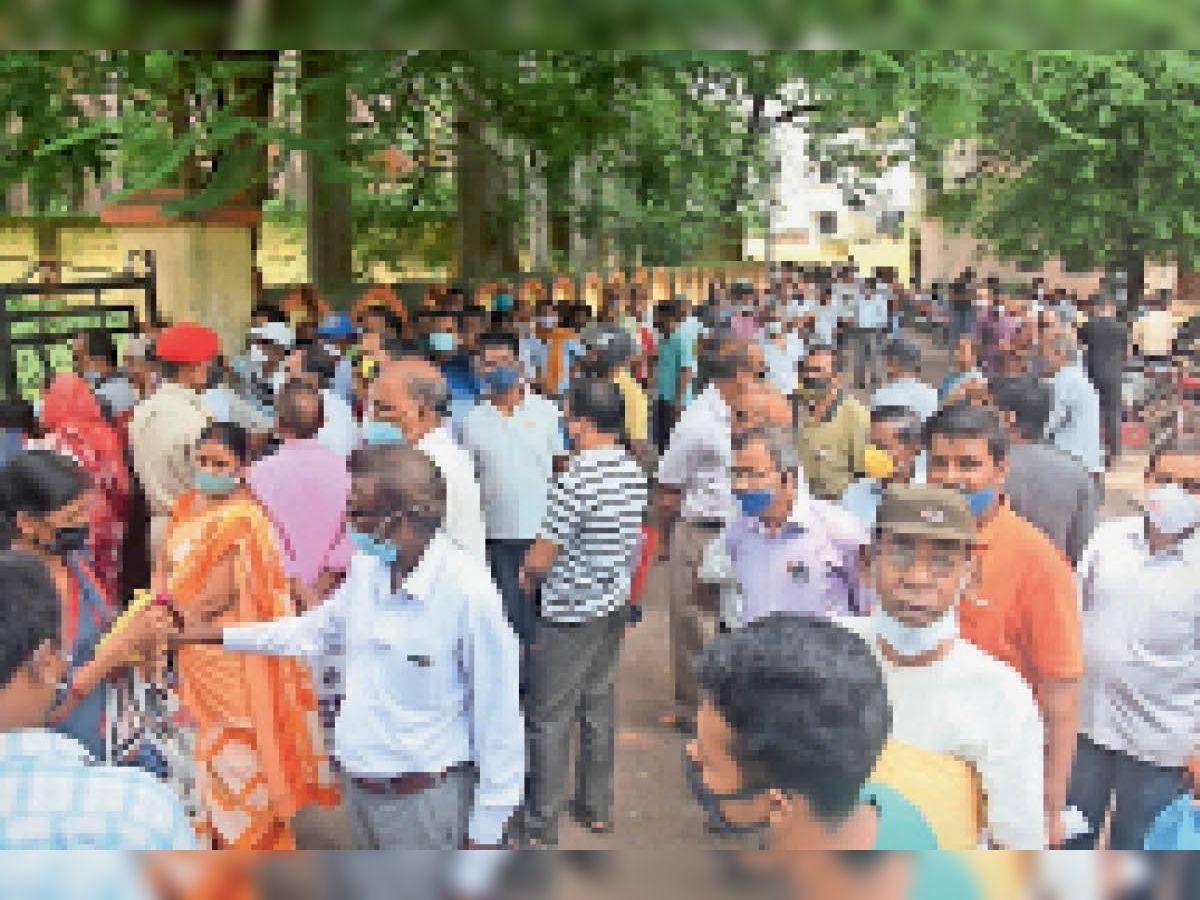 रेड क्रॉस भवन में टीकाकरण के लिए जुटी भीड़। - Dainik Bhaskar