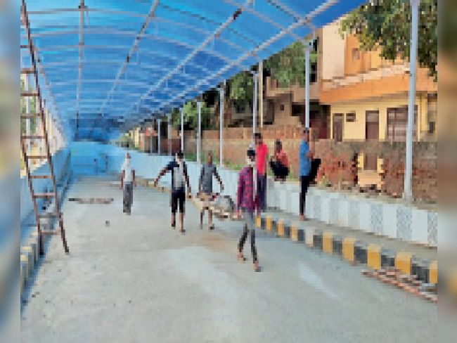 बहादुरगढ़ रेलवे अंडरपास में डूबे बामनौली निवासी जय किशन के शव को लेकर जाते हुए। - Dainik Bhaskar
