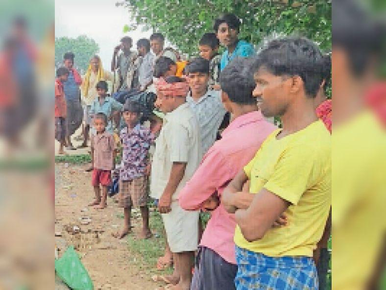 होरनपुर ओपी के गौरा गांव में हत्या की घटना के बाद जुटी ग्रामीणों की भीड़। - Dainik Bhaskar