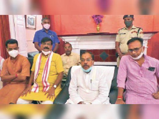 बैठक में उपस्थित युवा जदयू प्रखंड अध्यक्ष के साथ जदयू कार्यकर्ता। - Dainik Bhaskar