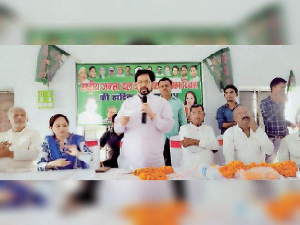 टेटिया बंबर में लोगों को संबोधित करते पूर्व केंद्रीय मंत्री जेपी यादव व अन्य। - Dainik Bhaskar