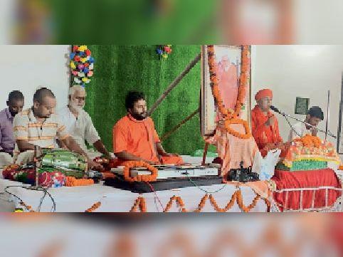प्रवचन स्थल पर अंतिम सत्र में प्रवचन करते स्वामी ओमानंद महाराज। - Dainik Bhaskar