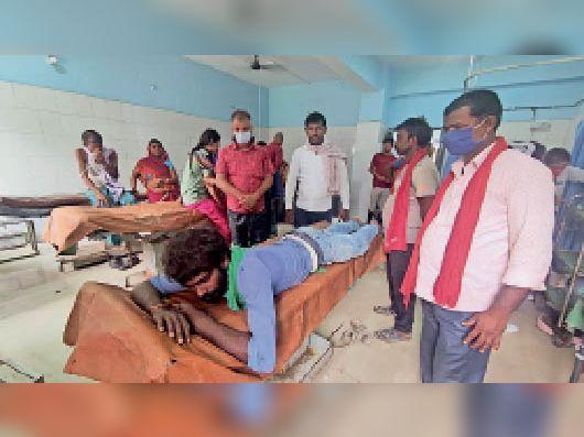 सदर अस्पताल में इलाजरत हादसे में घायल पुत्र। - Dainik Bhaskar