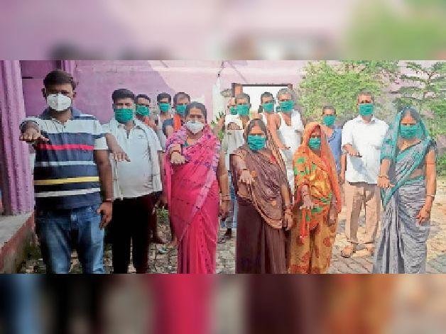 वैक्सीनेशन का लिए लोगों को जागरूक करने की शपथ लेते भिखारी घाट पंचायत के लोग। - Dainik Bhaskar