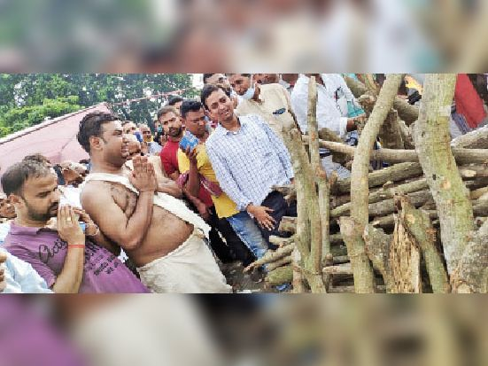 पिता की चिता को प्रणाम करते हुए फफक उठे मंत्री जयंत राज। - Dainik Bhaskar