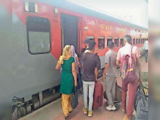 रेवाड़ी में स्टेशन पर पहुंची आश्रम एक्सप्रेस में सवार होते यात्री। - Dainik Bhaskar