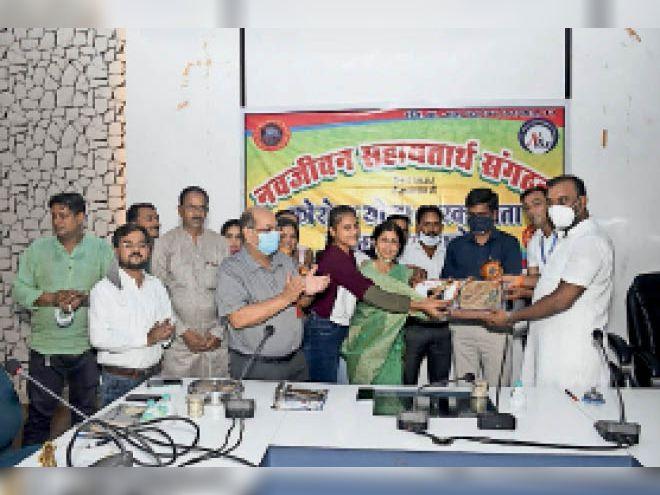 कलेक्टर और सीएमएचओ काेराेना याेद्धाओं काे सम्मानित करते हुए। - Dainik Bhaskar