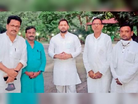 प्रतिपक्ष नेता तेजस्वी यादव को जिलाध्यक्ष के नेतृत्व में मेमोरेंडम सौंपने के दौरान उपस्थित मुंगेर जिला राजद का प्रतिनिधि मंडल। - Dainik Bhaskar