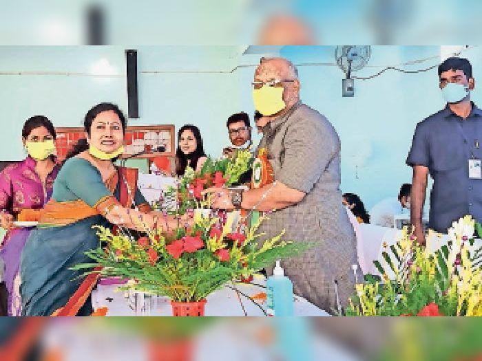 डीप्टी सीएम को सम्मानित करतीं शिक्षिका। - Dainik Bhaskar