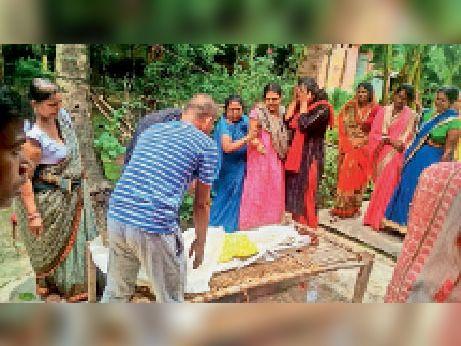 घायल बच्ची की इलाज के दौरान मौत के बाद रोते-बिलखते परिजन। - Dainik Bhaskar
