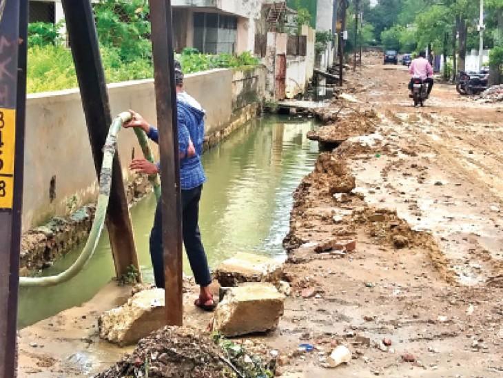 दिन में इस तरह से नालियों का पानी खाली करते हैं, बारिश के बाद फिर इलाका डूब जाता है। तस्वीर श्यामनगर की। - Dainik Bhaskar
