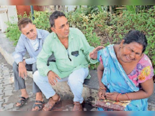 पानीपत. सिविल अस्पताल में पति की माैत के बाद रोते हुए पत्नी बोली हमारे पति की लाश काे उत्तर प्रदेश पहुंचा दें। तब जन सेवा दल के मेंबर चमन गुलाटी ने लाश काे पहुंचाने का आश्वासन दिया। - Dainik Bhaskar