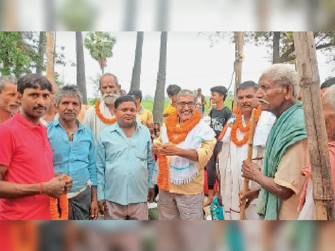 यज्ञ समाप्ति के बाद पूर्व मुखिया का स्वागत करते ग्रामीण। - Dainik Bhaskar