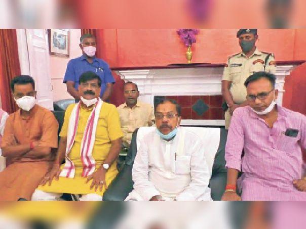 मीडिया को संबोधित करते पीएचईडी मंत्री रामप्रीत पासवान सहित अन्य। - Dainik Bhaskar