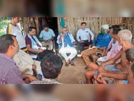 पीड़ित परिजनों से मिलते हम के जिलाध्यक्ष व अन्य। - Dainik Bhaskar