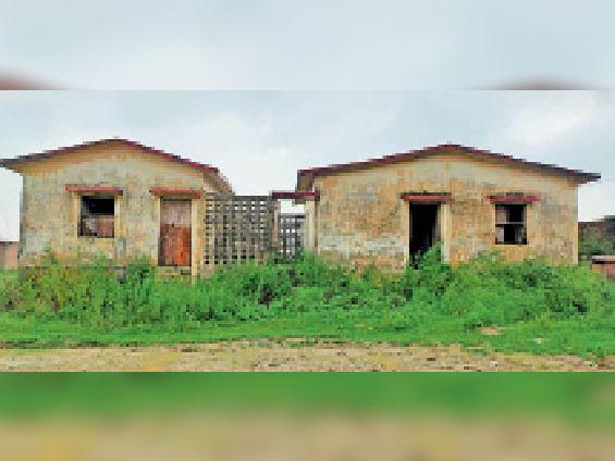 पौरा स्थित उपस्वास्थ्य केंद्र, जो हो गया है खंडहर मंे तब्दील। - Dainik Bhaskar