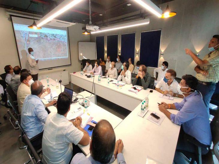 कलेक्टर ने अपोलो टावर स्थित कॉरपोरेटऑफिस में समीक्षा बैठक की। - Dainik Bhaskar