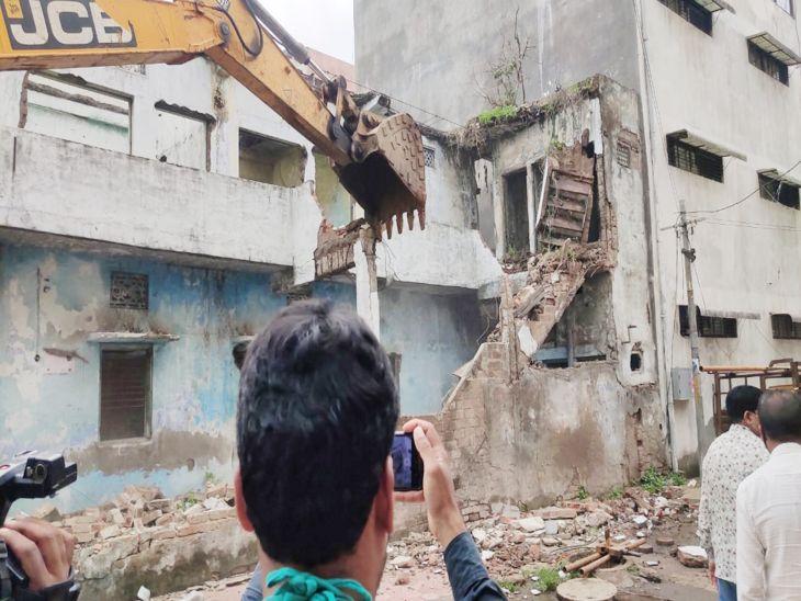 निगम की टीम ने 4 जर्जर मकानों पर चलाई बुलडोजर, किसी के नहीं रहने से खड़की दरवाजे हो चुके थे चोरी, आवारा तत्वों ने बना लिया था अपना अड्डा|इंदौर,Indore - Dainik Bhaskar