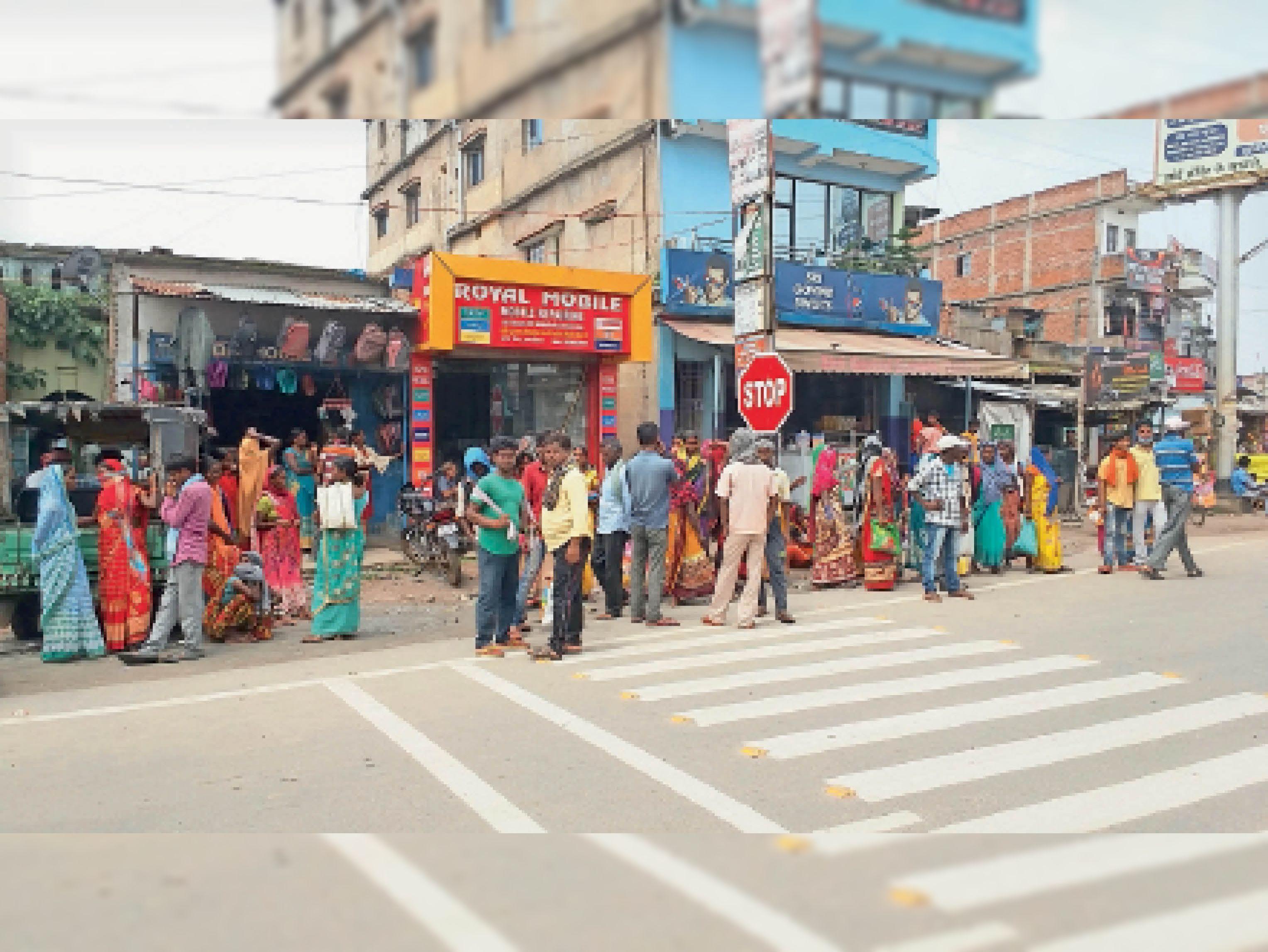 काम की तलाश में खड़े मजदूर। - Dainik Bhaskar