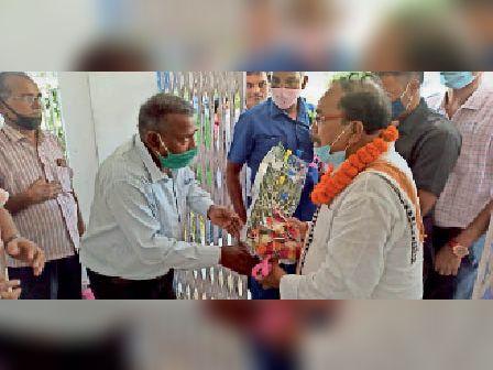 पीएचडी मंत्री का बुके देकर स्वागत करते विभागीय पदाधिकारी। - Dainik Bhaskar