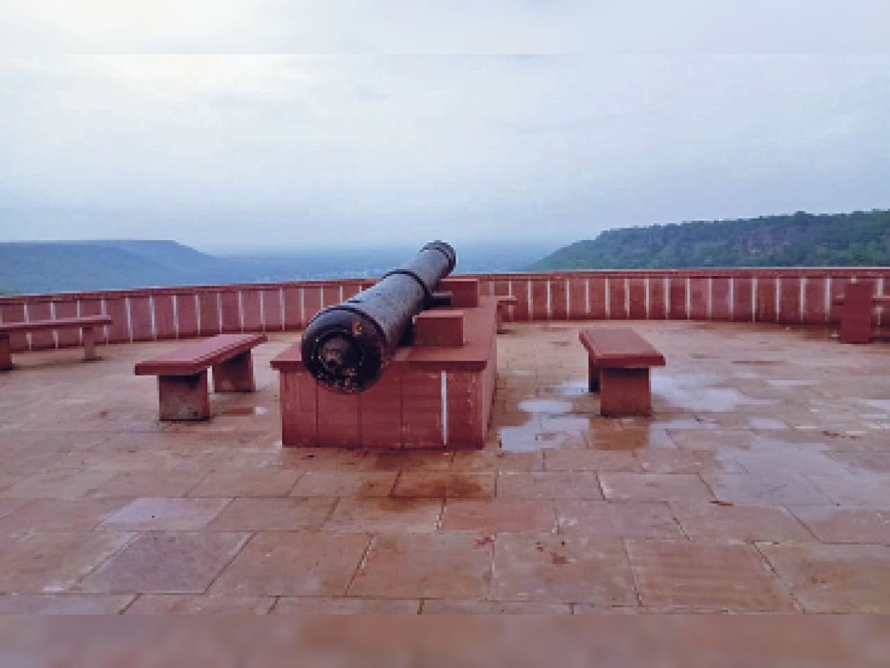 ऐतिहासिक किले पर कई पर्यटक पहुंचते हैं। यहां तड़ित चालक नहीं लगाया गया है। - Dainik Bhaskar