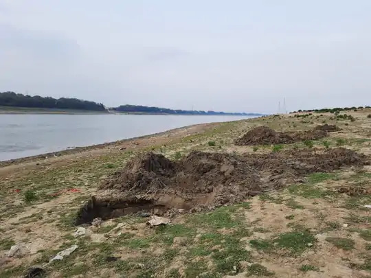 दैनिक भास्कर की पड़ताल में प्रयागराज, वाराणसी, चंदौली, भदोही, मिर्जापुर में 50 लाशें मिलीं। वाराणसी के सूजाबाद घाट के पास गंगा में मिले शवों को JCB की मदद से दफन किया गया। संगमनगरी प्रयागराज से 13 शवों को गंगा और यमुना नदी से निकाला गया।