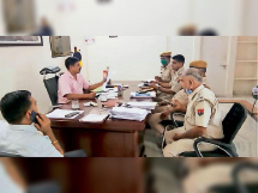 पुलिस अधिकारियों के साथ बैठक करते हुए एएसपी। - Dainik Bhaskar