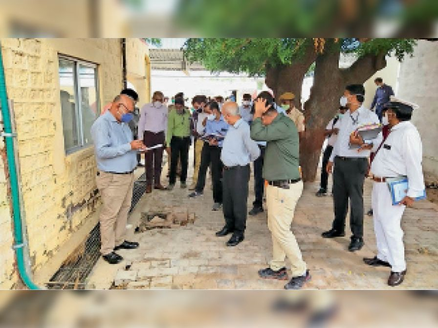 गहरे गड्ढे को देखकर अधिकारियों को खरी-खोटी सुनाते जीएम। - Dainik Bhaskar