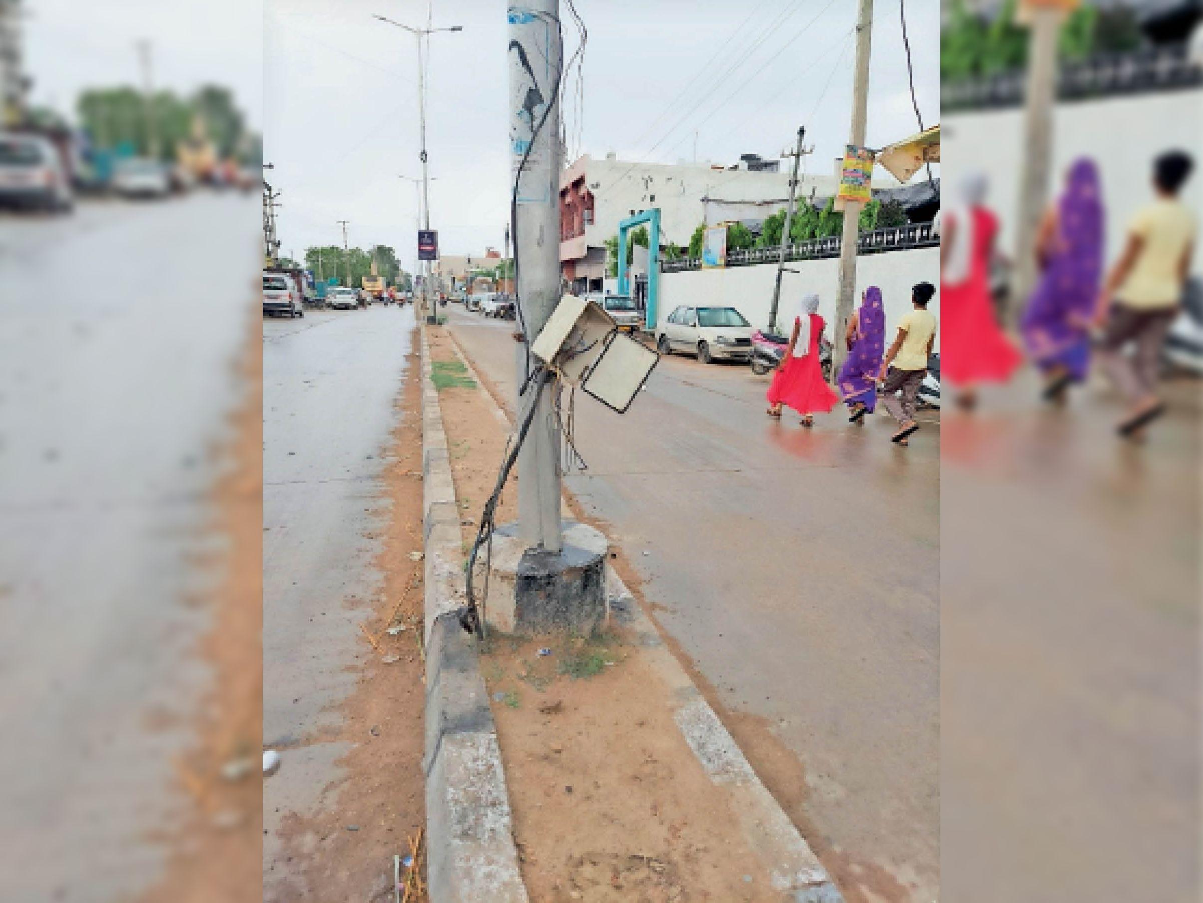 कोटा रोड पर लाइट के खंबो से बिजली के तार बाहर निकल रहे है। - Dainik Bhaskar