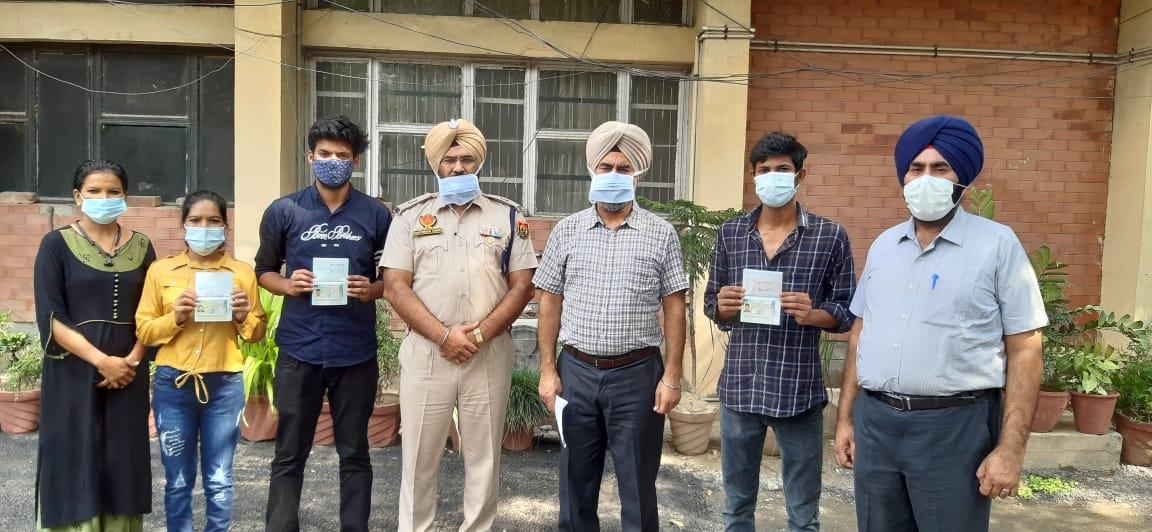 माल्टा से छुड़ाए लोगों के साथ DCP गुरमीत सिंह व अन्य पुलिस अफसर। - Dainik Bhaskar