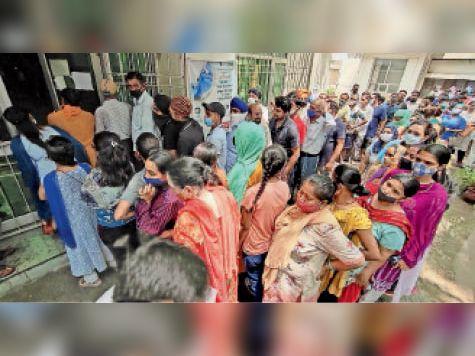 सिविल अस्पताल के वैक्सीनेशन सेंटर के बाहर लोगों की भीड़। - Dainik Bhaskar
