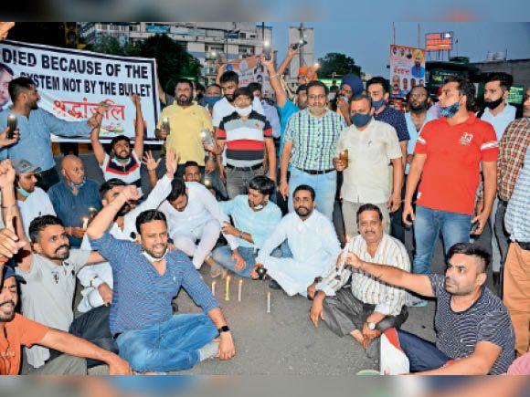 अस्पतालों पर कार्रवाई न होने पर व्यापारी और परिजनों ने कैंडल मार्च निकालकर कपूरथला चौक में लगाया धरना जालंधर,Jalandhar - Dainik Bhaskar