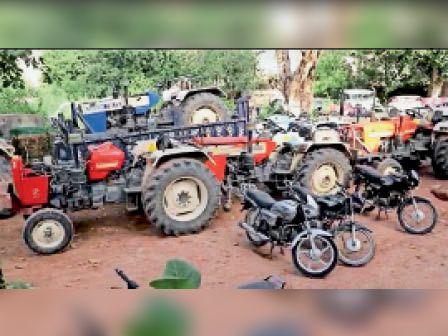 आरोपी से बरामद ट्रैक्टर, 1 ट्राली और 3 बाइक बरामद। - Dainik Bhaskar