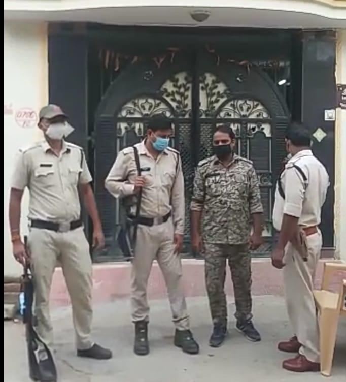 संतोश शर्मा के घर के सामने मौजद पुलिस। - Dainik Bhaskar