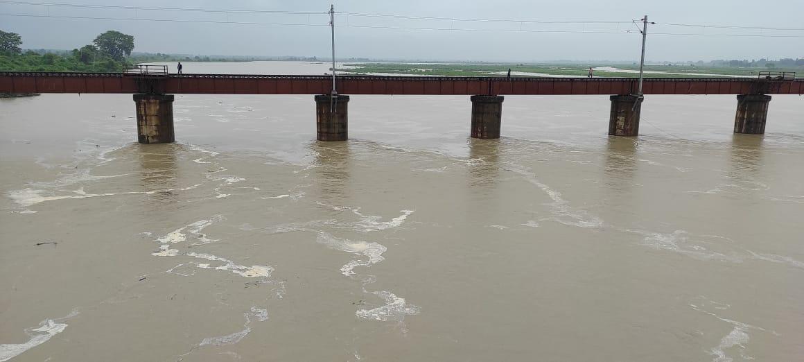 भीषण बारिश की वजह से लगातार बढ़ रहा रामगंगा का जलस्तर, बाढ़खंड विभाग की टीमें अलर्ट, बन रही बाढ़ की संभावना|बरेली,Bareilly - Dainik Bhaskar
