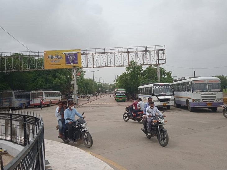800 बसों के चक्के जाम रहे, टैक्स माफी के लिए विरोध, रोडवेज ने चलाई अतिरिक्त बसें, फिर भी लोग हुए परेशान|सवाई माधोपुर,Sawai Madhopur - Dainik Bhaskar