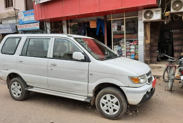 बैंक के बाहर खड़ी लोकायुक्त की गाड़ी। - Dainik Bhaskar