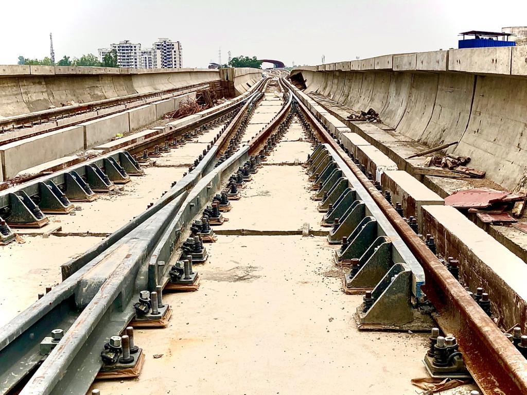 तेजी से बिछाया जा रहा है मेट्रो के लिए ट्रैक।