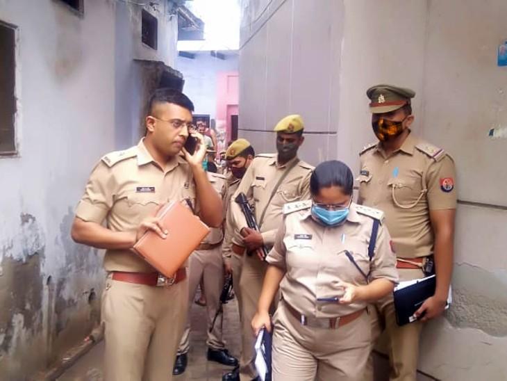 घटना की छानबीन करती पुलिस। - Dainik Bhaskar