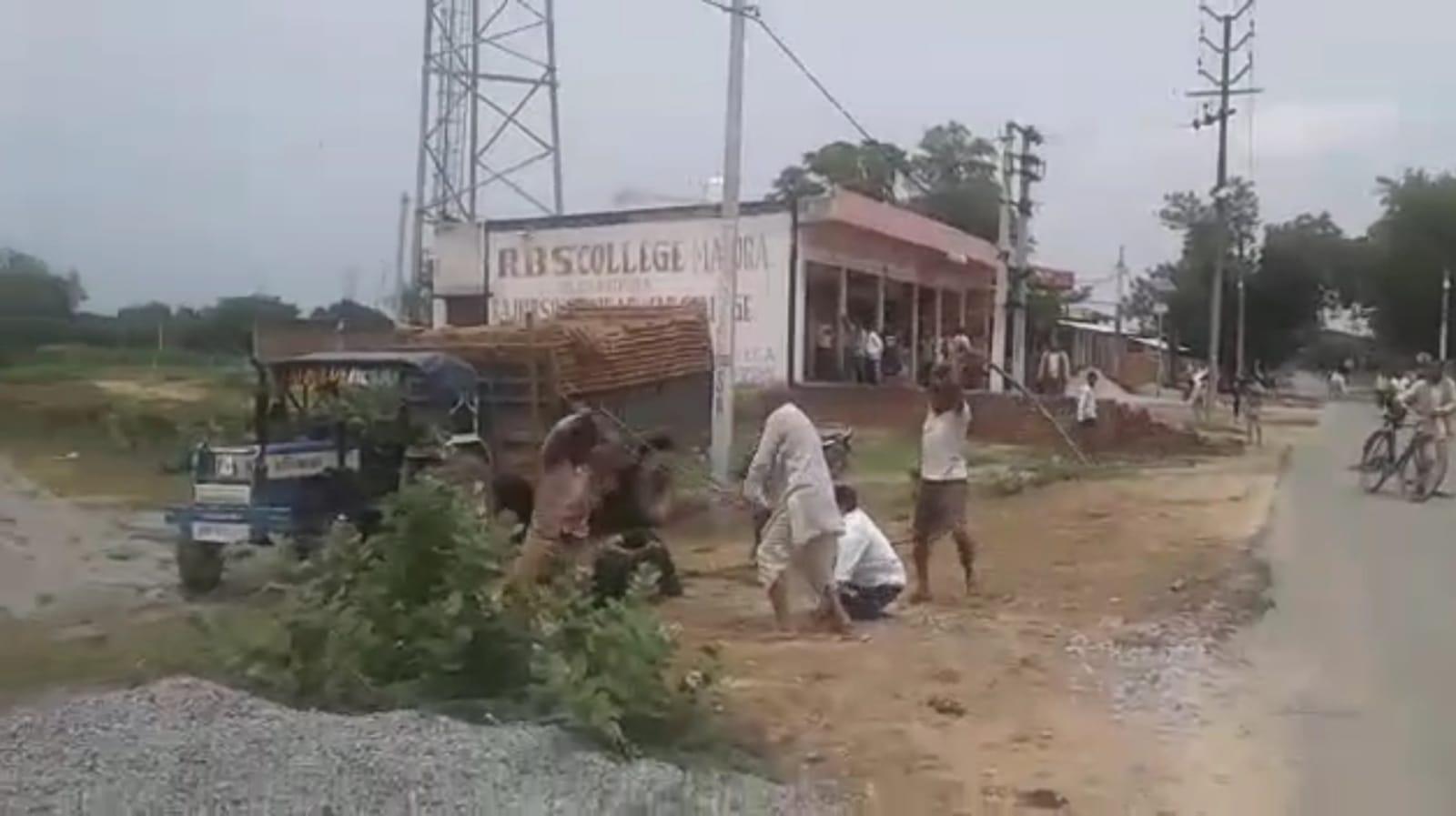 ट्रॉली खड़ी करने को लेकर दो भाइयों में हुआ विवाद, दोनों में जमकर चले लाठी-डंडे; पुलिस ने दोनों को हिरासत में लिया मथुरा,Mathura - Dainik Bhaskar