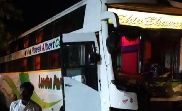 दुर्घटना में क्षतिग्रस्त हुई बस। - Dainik Bhaskar